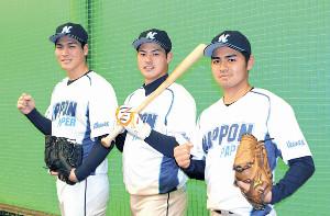 日本製紙石巻に入社が内定した(左から)中山、東本、神里がガッツポーズをみせた