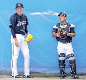 ピッチングを終え、正捕手の田村(右)と笑顔で話す佐々木朗
