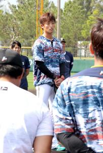 沖縄・国頭村での2軍キャンプを打ち上げ、選手代表あいさつを行った日本ハム・白村(カメラ・小島 和之)