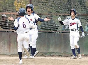 代打で勝ち越し打を放った大阪柴島・田中(中)は、右前打と敵失で生還する藤井〈6〉を両手広げて出迎えた