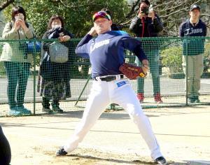 高知・春野での練習で遠投する松坂