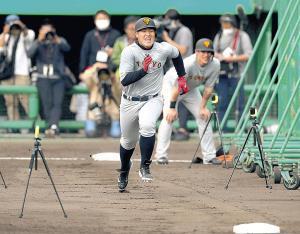 走塁のタイムを計り、全力で走る岡本(カメラ・宮崎 亮太)