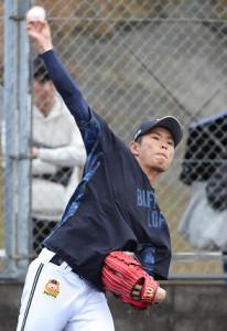 キャッチボールをする山岡泰輔(カメラ・義村 治子)