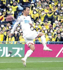 後半23分、右足でゴールを決める札幌MF荒野