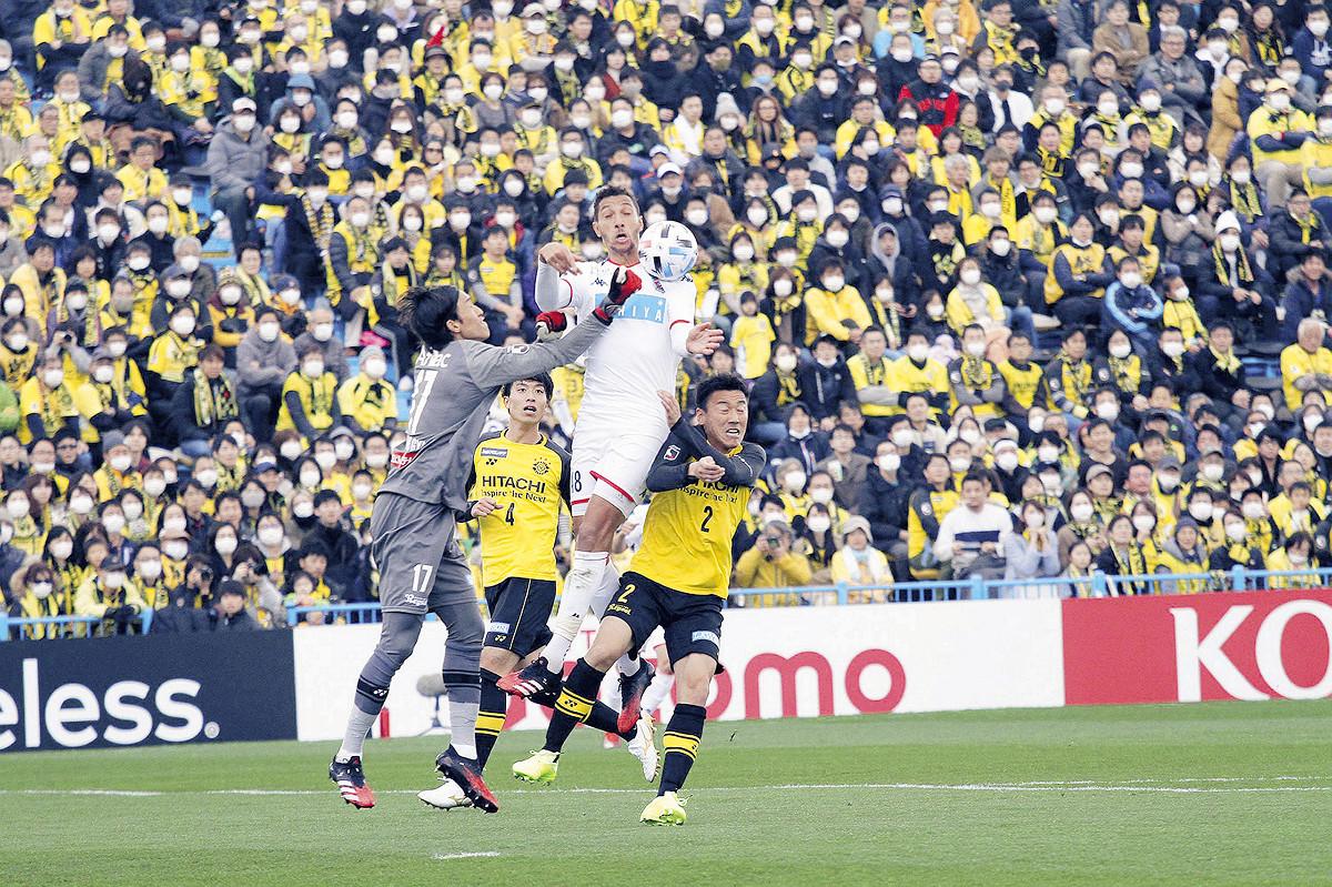 相手守備陣と競り合う札幌FWジェイ(右から2人目)