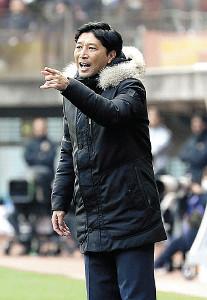 前半、ピッチサイドまで出て、選手に指示を出す仙台・木山監督