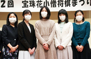 マスク姿でイベントに出演した(左から)渡辺弥生女流初段、渡部愛女流三段、里見香奈女流名人、香川愛生女流三段、真田彩子女流二段