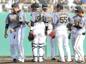 7安打7失点で肩を落として降板する阪神・能見(左)