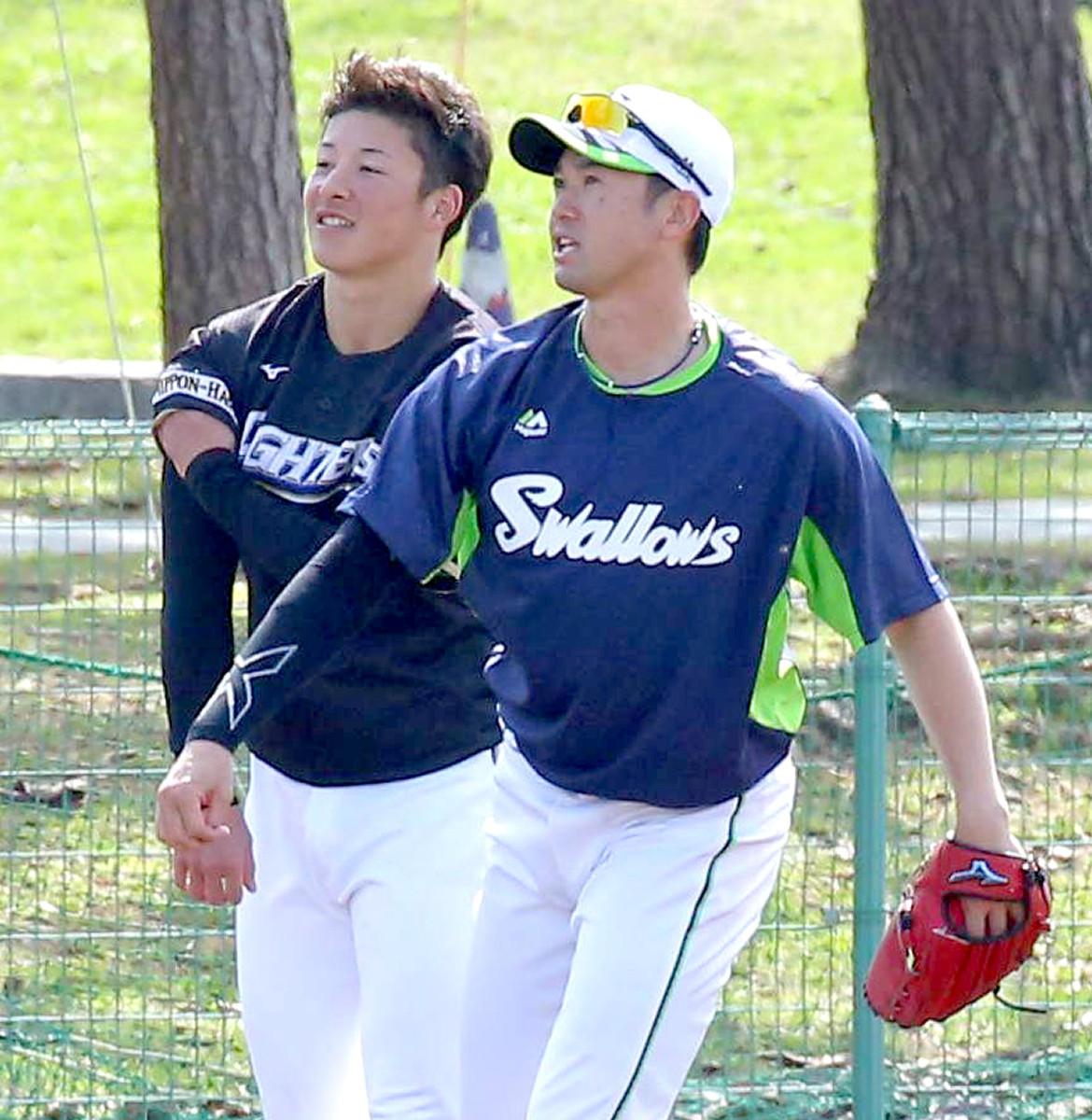 金足農出身でプロ球界唯一の先輩である石山泰稚(右)に挨拶した吉田輝星(左)