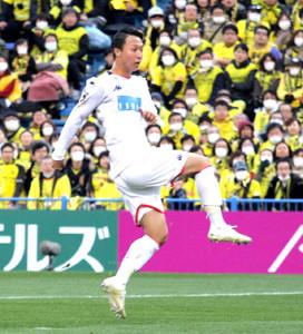 後半23分、右足でゴールを決める札幌MF荒野拓馬