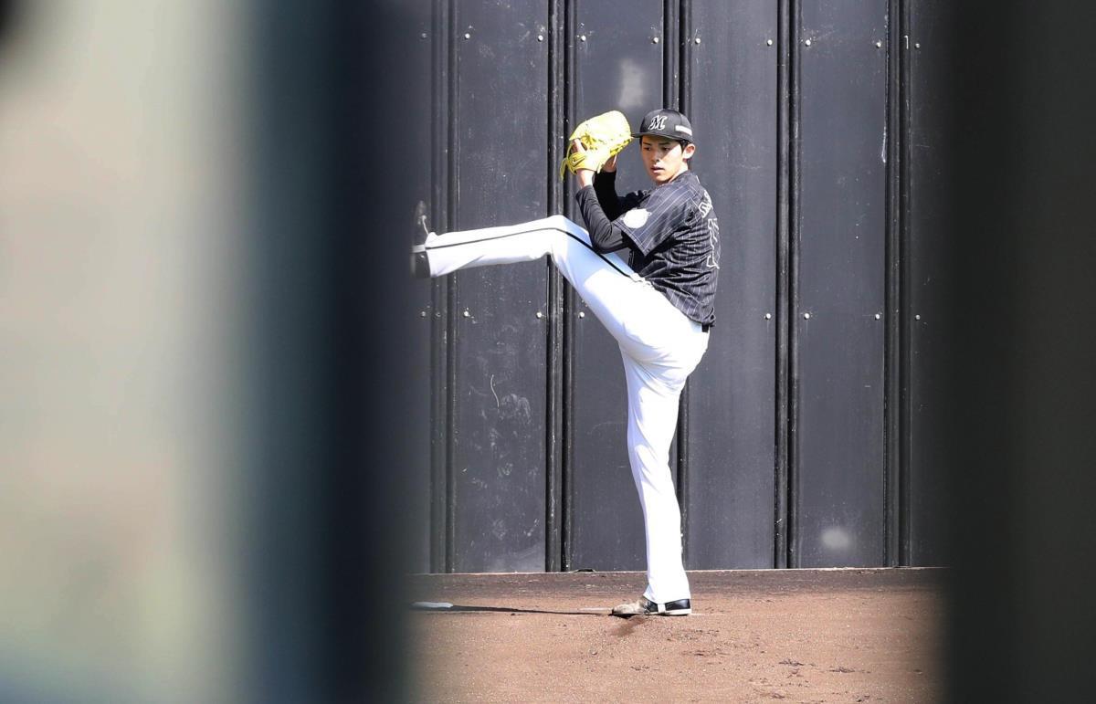 報道陣をシャットアウトし、ブルペンで投球をする佐々木朗(カメラ・谷口 健二)