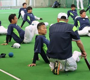 練習前に石井投手コーチ・背中と話し込むヤクルト・石川(左は小川)