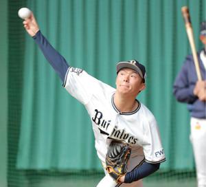 投球練習をする山本由伸(カメラ・義村 治子)