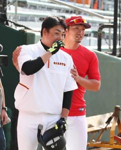 試合前、丸佳浩(左)と談笑する鈴木誠也 (カメラ・豊田 秀一)