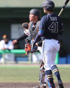 4回2死一塁、打者・佐野皓大のとき、一塁走者・岡 大輔の二塁盗塁を阻止する捕手・山瀬慎之助