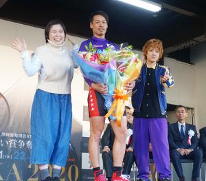 完全Vを飾った浅井康太(中央)と記念撮影を行った尼神インターの誠子(左)と渚(右)