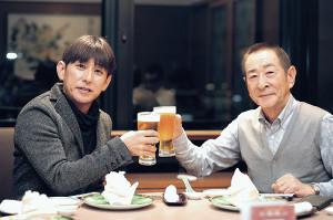 対談した四位(左)と小島太元調教師はビールで乾杯