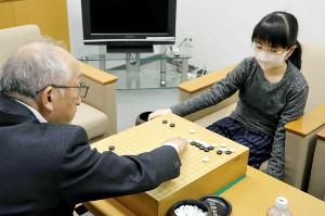 坂口隆三九段(左)と対局して敗れ、感想戦を行う仲邑菫初段