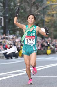 1月3日、箱根駅伝優勝のゴールテープを切る青学大・10区・湯原慶吾