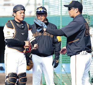 山瀬(左)にキャッチングの指導をする阿部2軍監督(中央は実松コーチ)