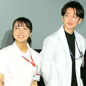 「恋はつづくよどこまでも」の上白石萌音(左)、佐藤健