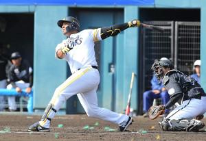 6回無死一塁、バレンティンが左越え2ラン本塁打を放つ(カメラ・岩下 翔太)