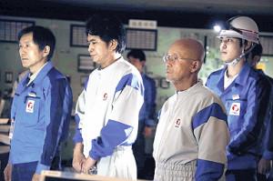 火野は(左から3人目)中央制御室・管理グループ当直長を演じた