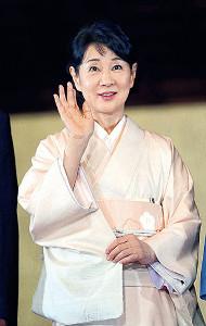椿で染めた着物で登場した吉永小百合