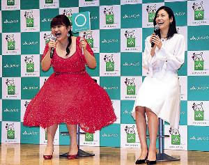 JAバンクアプリをPRした松下奈緒(右)とりんごちゃん