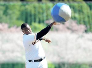 体幹トレーニングで、メディシンボールを軽々と放り投げるビエイラ(カメラ・相川 和寛)