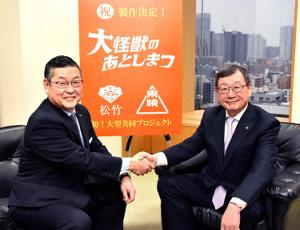 共同プロジェクトをたちあげ固い握手をかわす松竹の迫本淳一社長(左)と東映の多田憲之社長