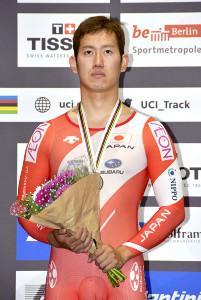 世界選手権男子ケイリンで銀メダルを獲得した脇本(日本自転車競技連盟提供)