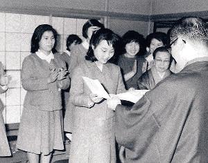 1966年、初段免状を受け取る奨励会員時代の蛸島彰子