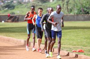 ケニア人選手に交じって練習に励む鍵谷(左から2人目=カメラ・太田 涼)
