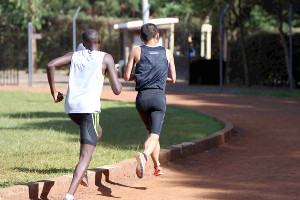鍵谷(右)は時にはケニア人選手の前を走る奮闘も見せた