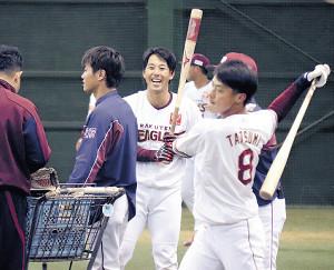打撃練習中、笑顔を見せる鈴木大(中央)