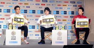記者会見で目標タイムをボードに書き込み披露する(左から)大迫、設楽悠、井上(カメラ・清水 武)