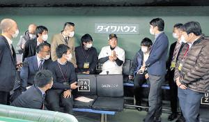マスクを着用した報道陣に囲まれ取材を受ける原監督(中央)