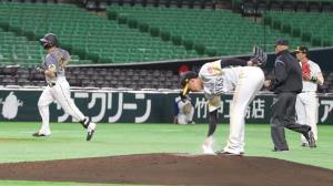 2回無死、左中間へ先制ソロ本塁打を放ち、三塁に向かうジェリー・サンズ(投手・東浜巨)
