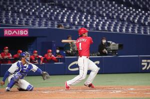 4回1死一塁、鈴木誠也が左越え二塁打を放つ(カメラ・馬場 秀則)