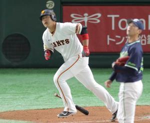6回無死、右越えソロ本塁打を放つ岡本(投手は石山=カメラ・宮崎 亮太)