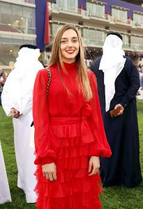 真っ赤なドレスでサウジカップデーの観戦に訪れたミカエル・ミシェル騎手