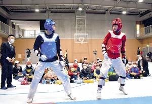 マスクを着用し、中国代表の練習を見学する小山町立須走小の児童たち