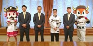 大阪市役所で松井市長(右から3人目)を表敬訪問した(右から)バファローブル、西村監督、1人おいて湊球団社長、若月、バファローベル