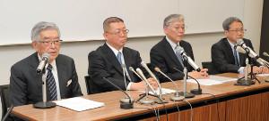 新型コロナウイルス対策連絡会議後、会見する(左から)斉藤惇コミッショナーら