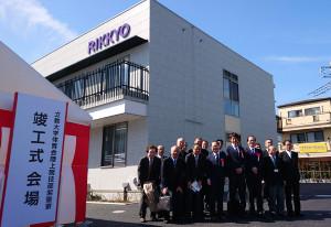 箱根駅伝復活出場を目指す立大の選手寮が完成。上野監督(前列右から4人目)らが出席し、竣工式が行われた