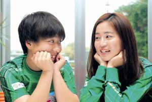 籾木結花(左)と清水梨紗の連係はチームの強み。仲良しの2人、いい雰囲気です