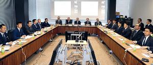 新型コロナウイルス対策連絡会議で話し合うJリーグ出席者(左側)とNPB出席者