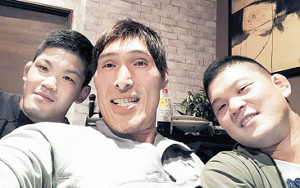 大野将平(左)と兄・哲也さん(右)と記念撮影する篠原