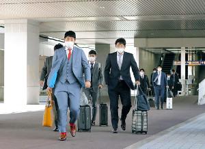 札幌から空路で大阪入りした岡本(左)(カメラ・石田 順平)